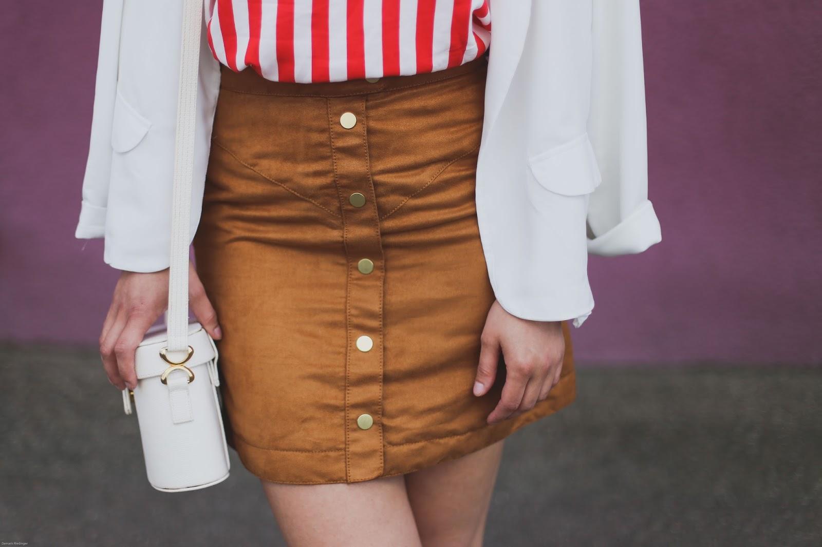 Outfit: Rot-weiß gestreiftes Top und brauner Rock in Wildlederoptik