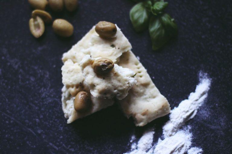 Selbstgebackenes Olivenbrot