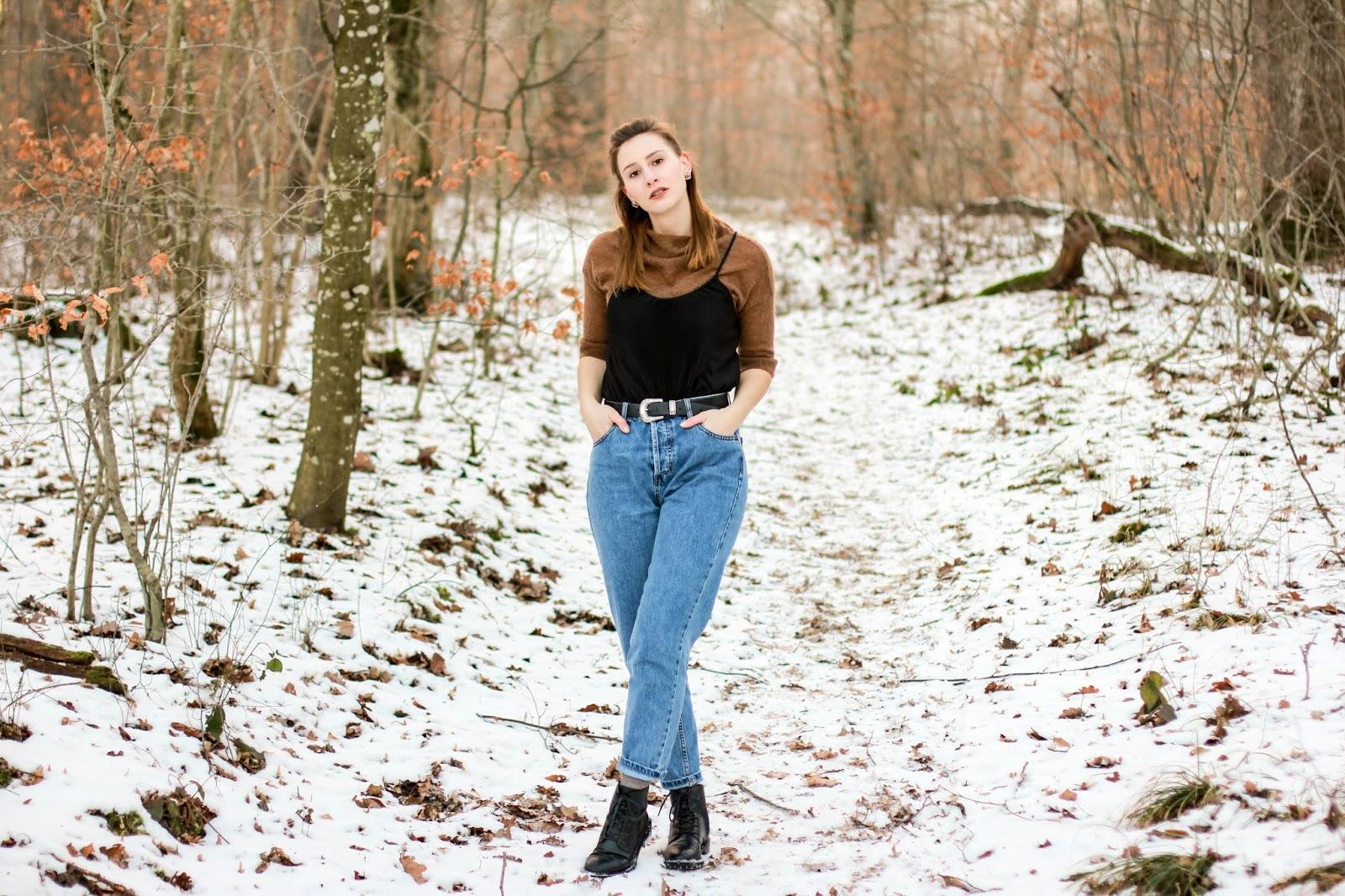 Outfit: 90s are back - Mom Jeans und brauner Pullover mit schwarzem Top